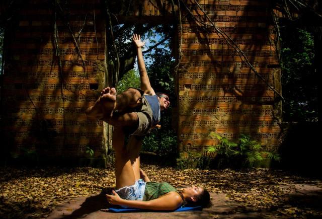 Saulo Monte como voador e Sarah Dorneles na base