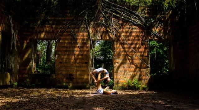 As meninas do AcroYoga Manaus sempre lindas: Lorena como voadora e Sarah na base.